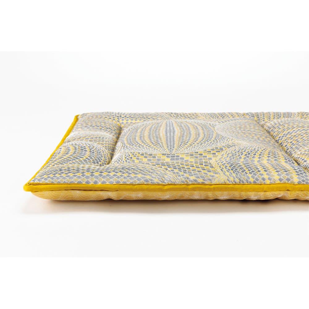 スペイン製ジャカード織りシートクッション 厚さ約4cmとボリュームたっぷり。
