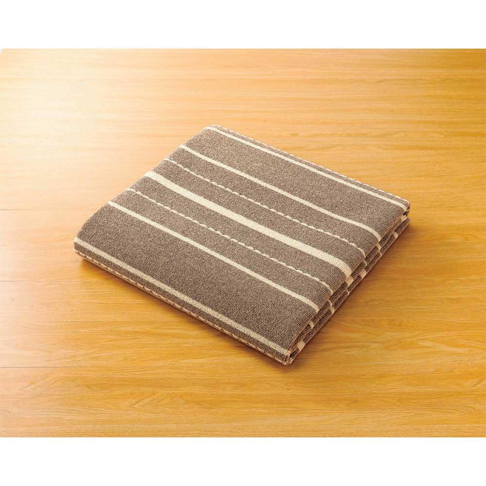 洗えるウールストライプラグ (ア)グレイッシュベージュ系(写真は約190×190cm) たためるので収納にも便利です。