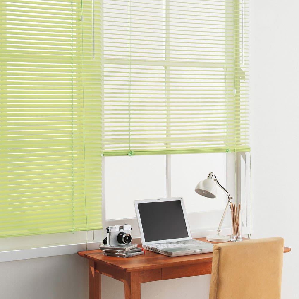 機能で選べるインテリアブラインドシリーズ(ビス留め式) コーディネート例(エ)防汚ライトグリーン 腰高窓にも。