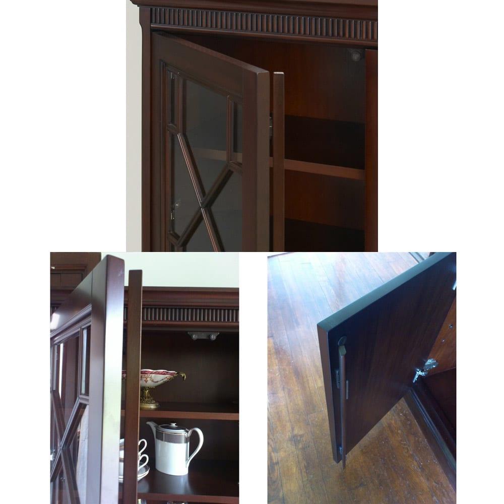 クラシカルロイヤル ケントハウスシリーズ カップボード(ガラス扉食器棚) 上部の扉はそれぞれ防塵式のフラップ扉式で外からの埃をシャットアウト。
