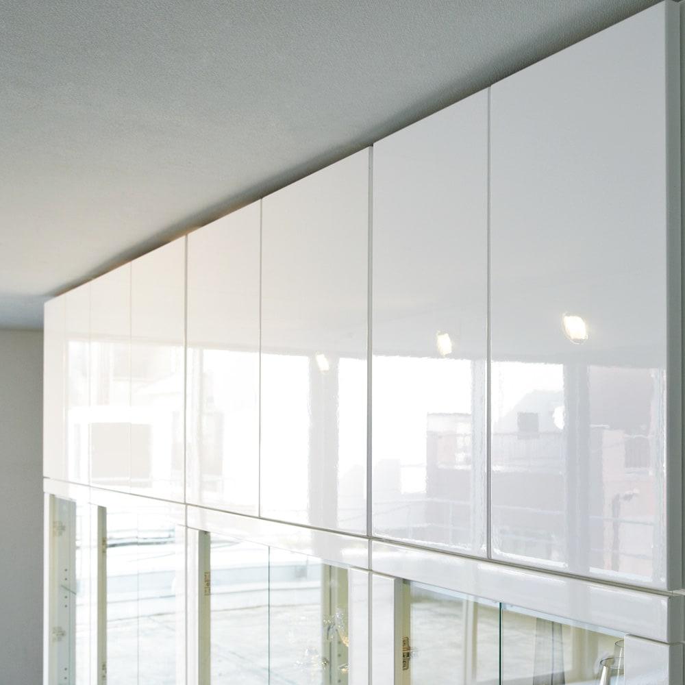 美しく飾れる 光沢仕上げ収納システム ガラス扉コレクションケース  幅60cm (ア)ホワイト色は、曇りのないつややかな光沢感も魅力。窓から差し込む光、お部屋のライティングを受けてそのツヤ感がさらに際立ちます。