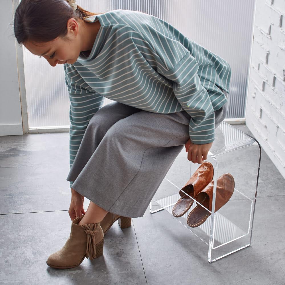 美しく飾ってしまえる クリア アクリルスツール (ドレッサースツール) 収納部には靴べらやスリッパをすっきり収納。