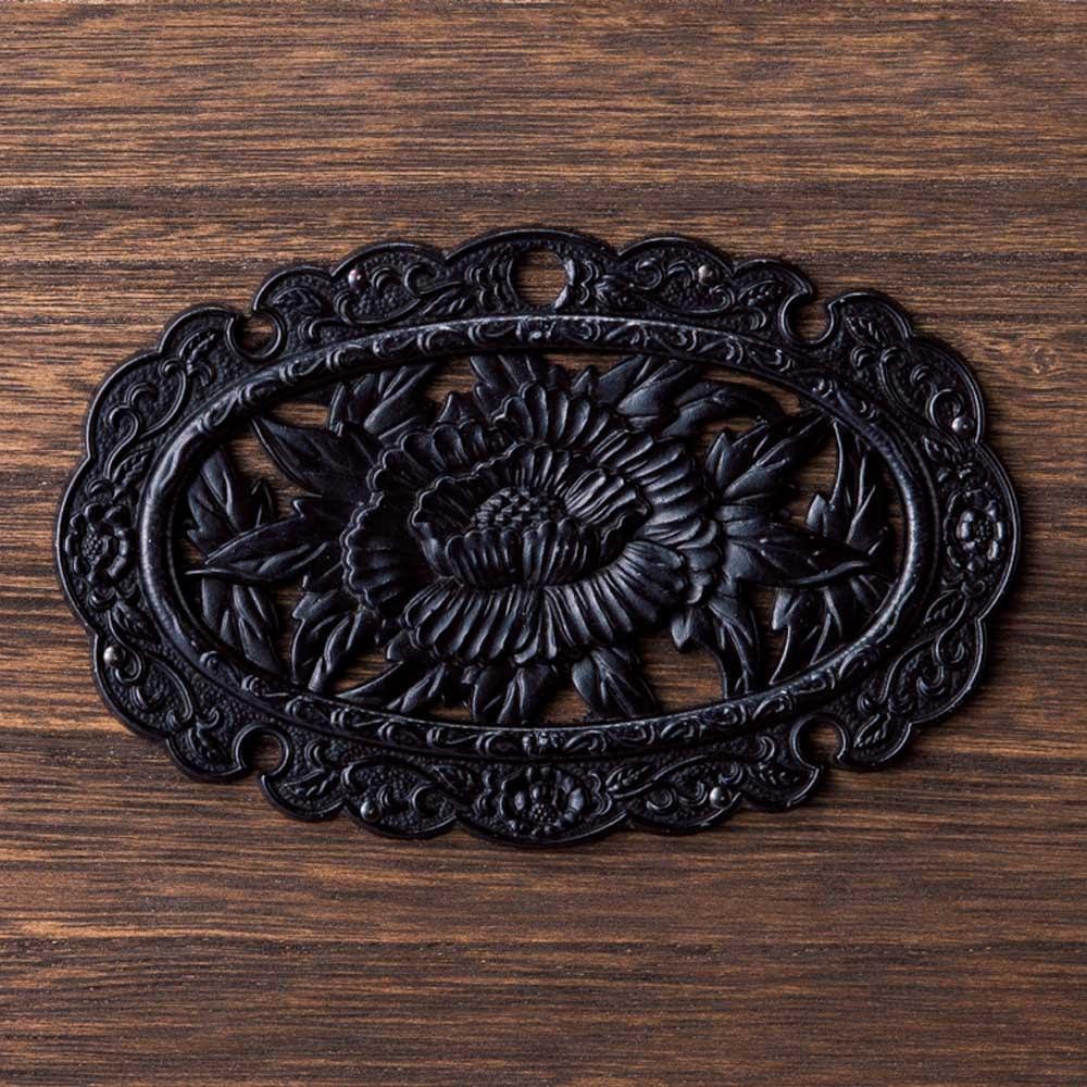 総桐民芸箪笥 5段・幅75cm 存在感を際立たせる装飾金具。