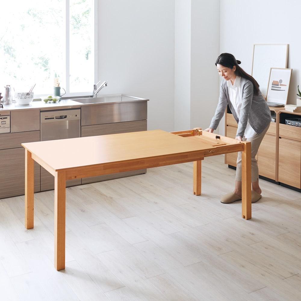 ナチュラルモダン伸長式オーク天然木ダイニングテーブル・幅135・180奥行85高さ70cm 脚にキャスターがついてるからスイスイ。天板の下に隠れている伸長部を引き出し、サブ天板をセットするだけ。女性ひとりでも取り扱いは簡単、使い勝手はグンと広がります。