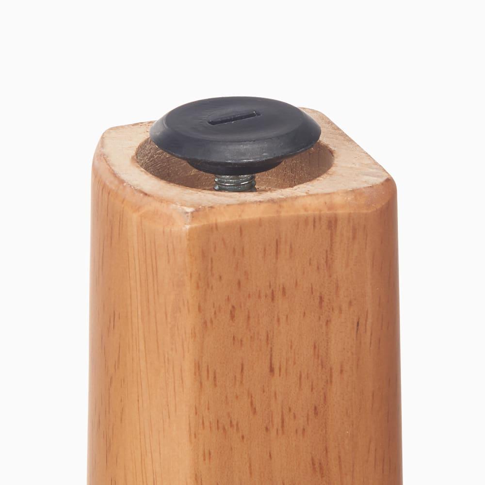 角が丸くて優しい天然木ダイニング テーブル 4本脚 幅90奥行75cm 脚部裏には水平調整のアジャスターがついており、がたつきがある場合は高さを調整できます。