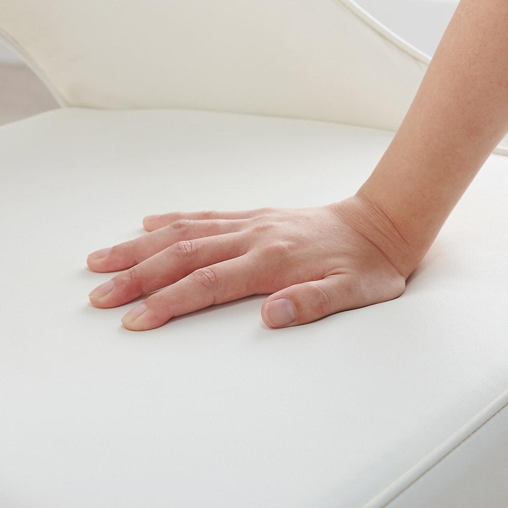 高さ自由自在!カフェスタイルダイニング 5点セット(丸形昇降テーブル径90cm+ラウンジチェア×4) ダークブラウン 座面中身はウレタンフォーム。沈み込みが少ないしっかりした座り心地。生地は合成皮革なので汚れもサッとふき取れます。