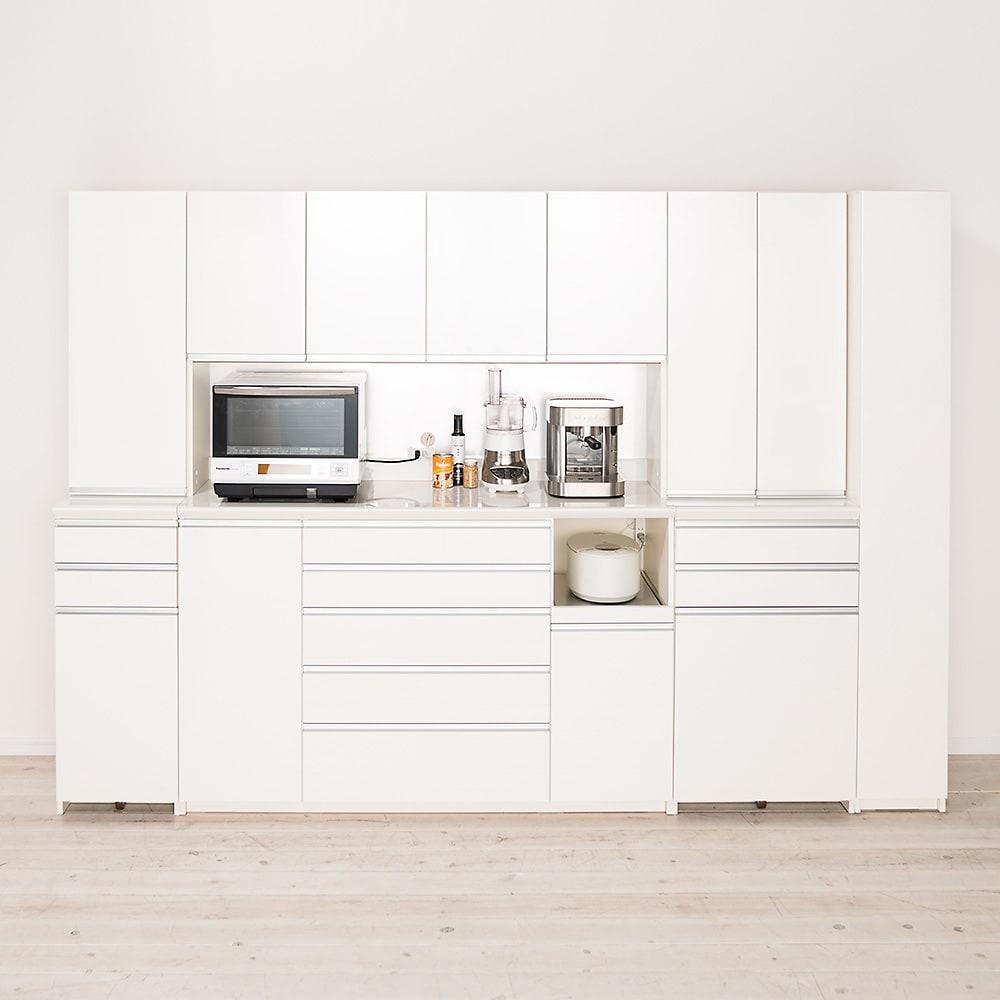 家電が使いやすいハイカウンター奥行45cm ダイニングボード高さ214cm幅140cm/パモウナCQL-S1400R CQR-S1400R コーディネート例【シリーズ商品使用イメージ】 すっきりとしたスクエアのシルエットと、光沢の美しいホワイトカラーで清潔感あふれるキッチンに。