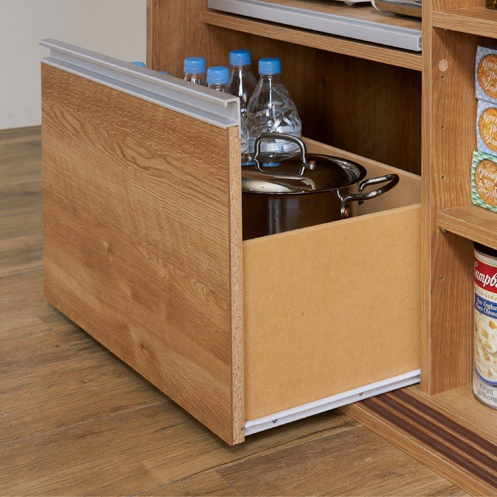 大量収納 3枚引き戸キッチン収納庫 重いものを入れても開閉スムーズなスライドレール付きの深引き出し。