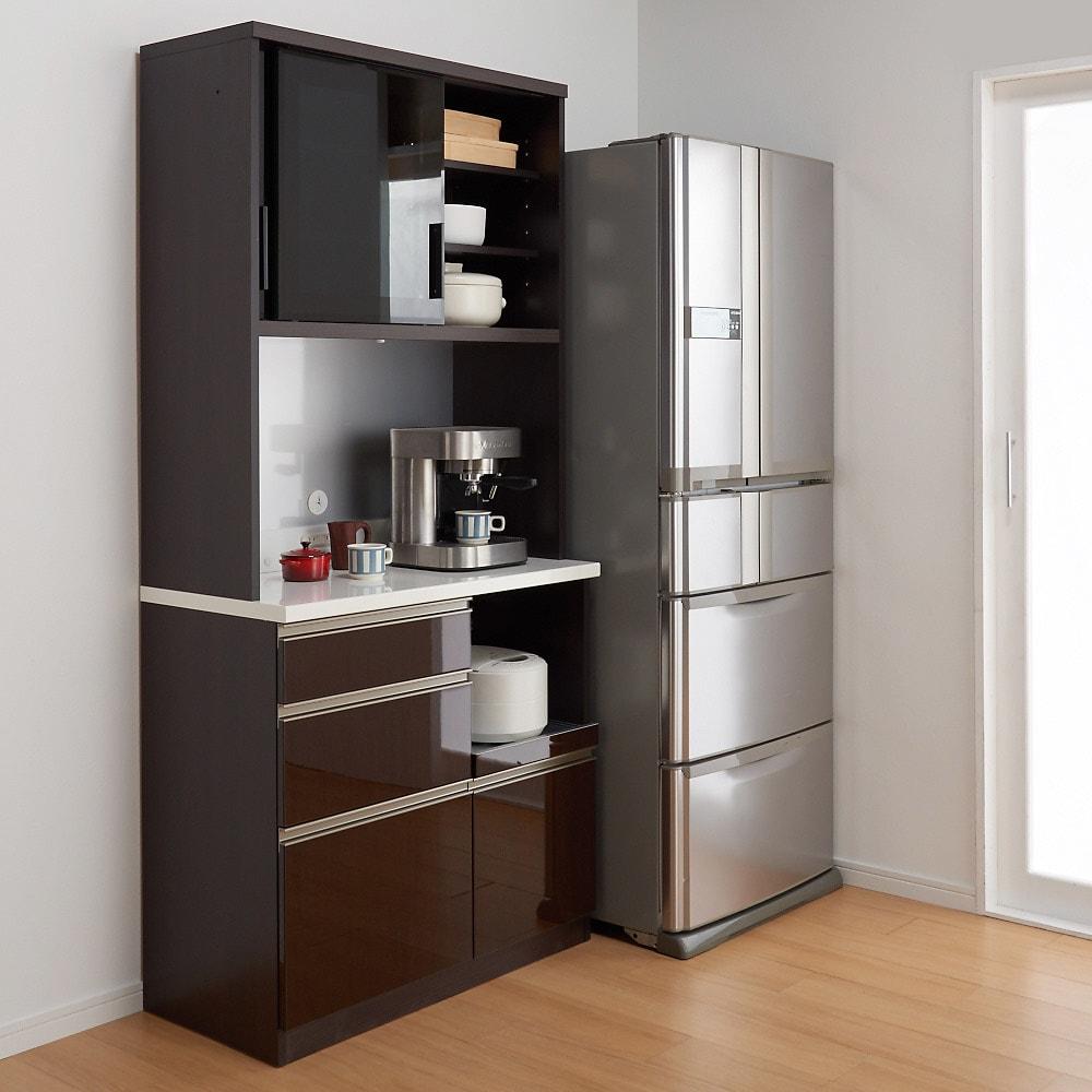 高機能 モダンシックキッチン キッチンボード 幅120奥行51高さ178cm 【シリーズ商品使用イメージ】 重厚感のあるデザインながら、総高を低めに設定することで、圧迫感を感じさせないつくりに。小さな狭いキッチンにもおすすめ。