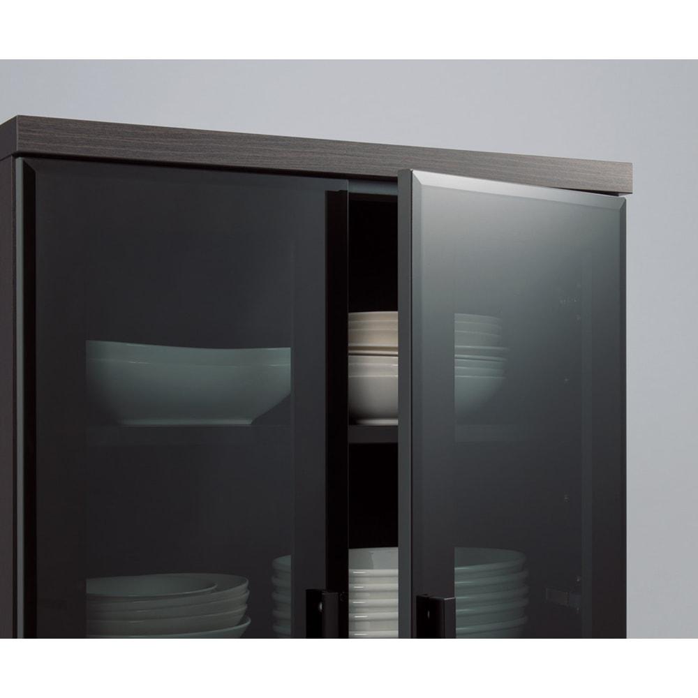 高機能 モダンシックキッチン キッチンボード 幅120奥行51高さ178cm 収納物がキレイに見えるグレーガラス。カラフルな食器を収納しても色のトーンを押さえて落ち着きのあるインテリアを演出します。