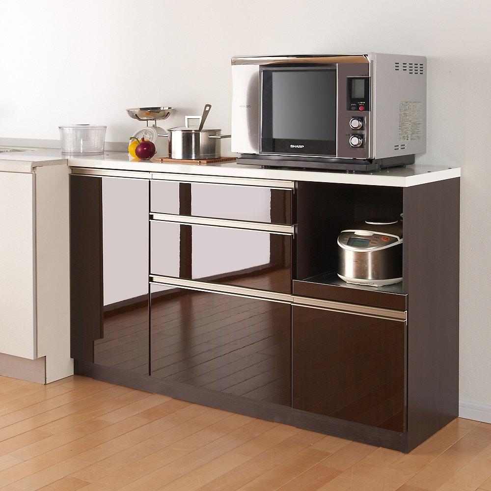 高機能 モダンシックキッチン キッチンカウンター 幅90奥行45高さ85cm ※写真はカウンター幅140奥行45cmタイプです。【シリーズ商品使用イメージ】 すっきりとしたデザインと光沢感のある表面材がキッチンをシックで高級感のある空間に。