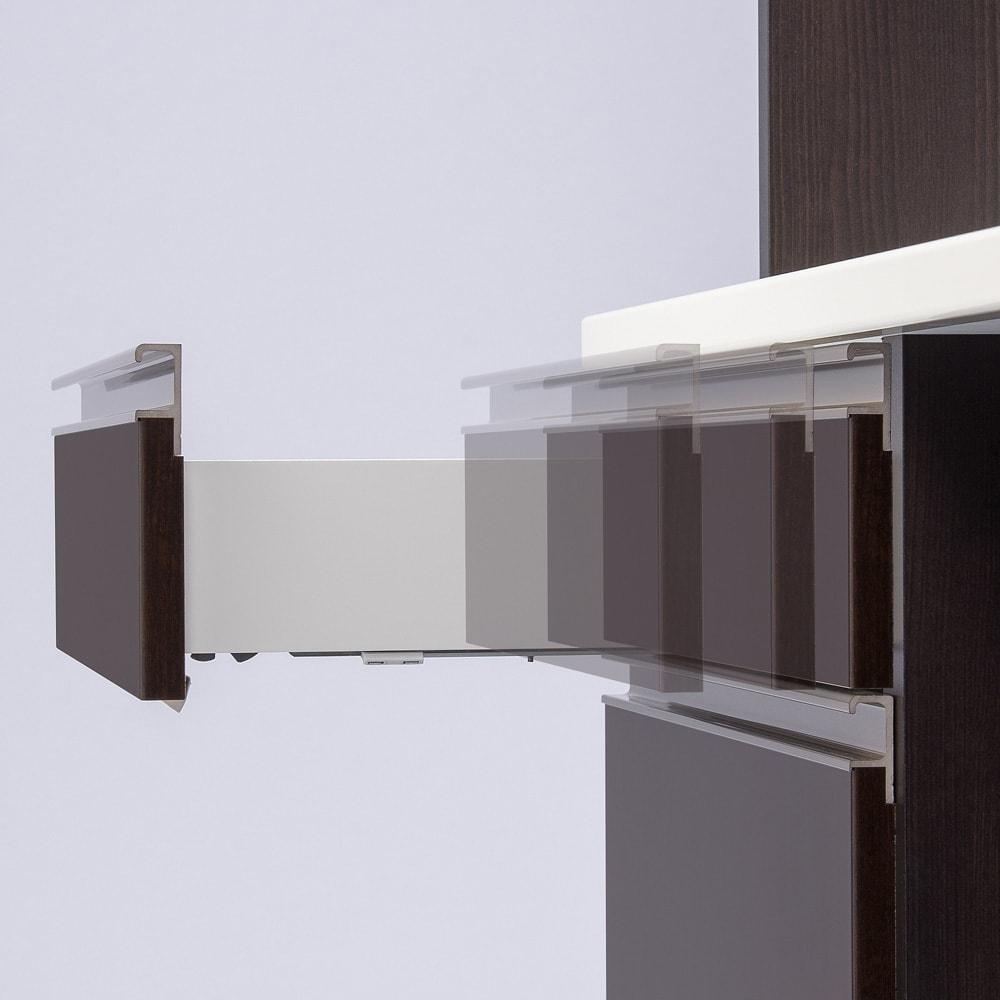 高機能 モダンシックキッチン キッチンカウンター 幅90奥行45高さ85cm サイレントレール。引き出しがゆっくり静かに閉まるレール。縦に3段並んだ引き出しにはサイレントレールを採用。重いものを収納してもゆっくりと静かに閉まります。がたつきが抑えられるので食器の収納にも。