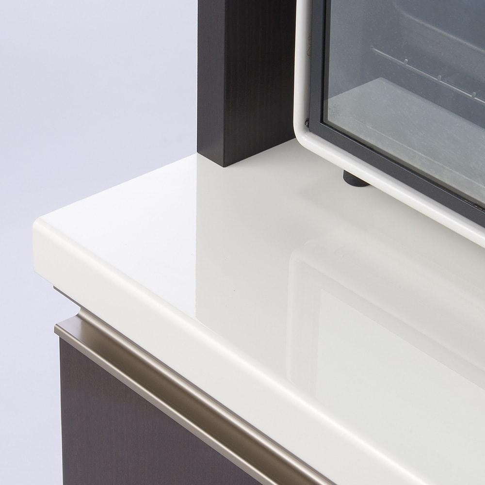 高機能 モダンシックキッチン キッチンカウンター 幅90奥行51高さ85cm サイレントレール。引き出しがゆっくり静かに閉まるレール。カウンター天板はEBコートを施したハイグロス仕上げ。水汚れに強く、拭き取り掃除も簡単な素材でいつでもピカピカのキッチンに。