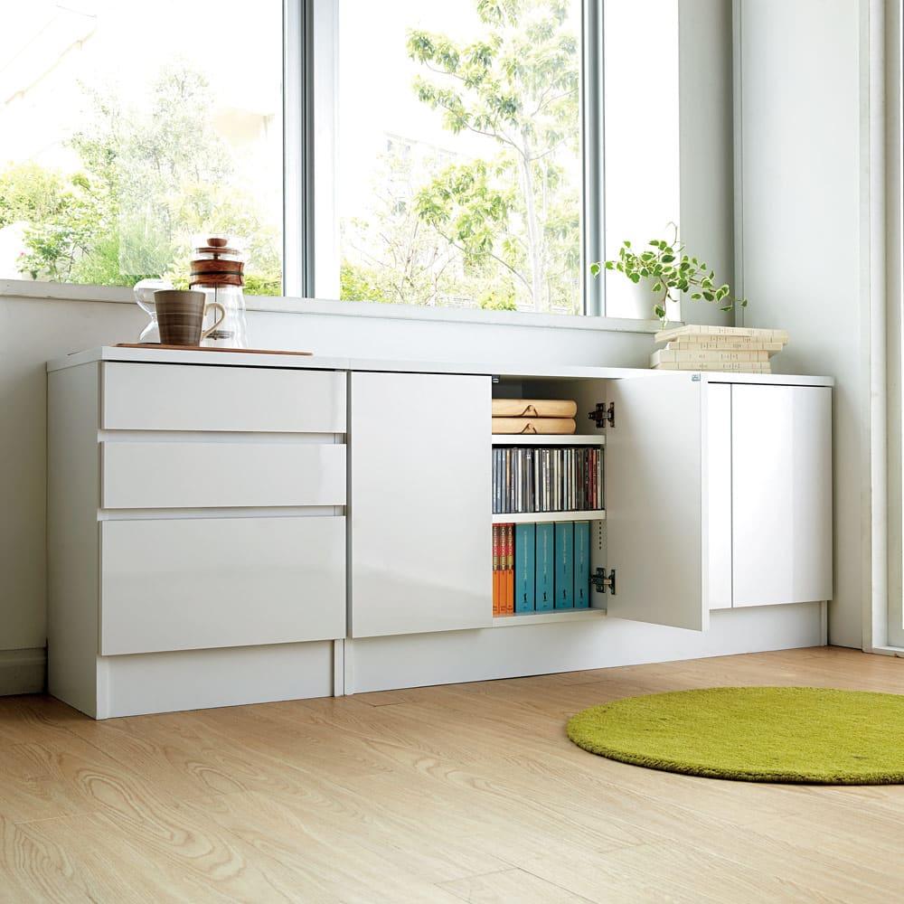 高さ60cm!ダイニングカウンター下収納 奥行35幅89.5cm(3枚扉) コーディネート例(ア)ホワイト 低めの設計なので、窓下にもちょうどよく収まります。