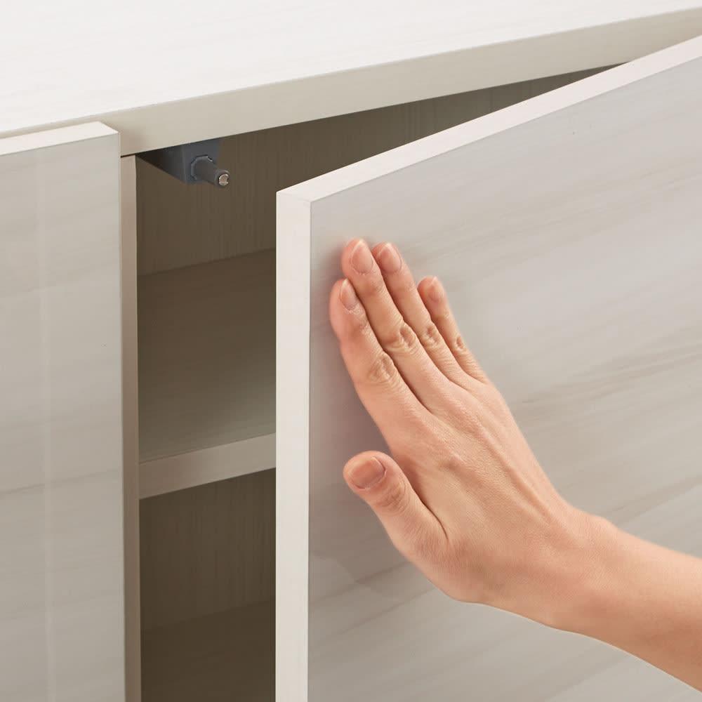 スクエア光沢木目カウンター下収納 3列6マス 幅118cm奥行29cm スタイリッシュなスクエア扉は、開閉しやすいプッシュオープン式。