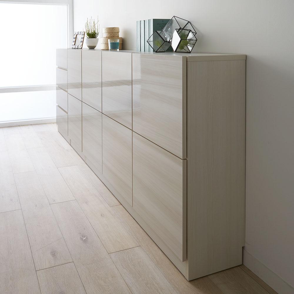 スクエア光沢木目カウンター下収納  1列2マス 幅40cm奥行34cm 《コーディネート例》薄型の収納庫なので、廊下などの狭い空間にもおすすめです。
