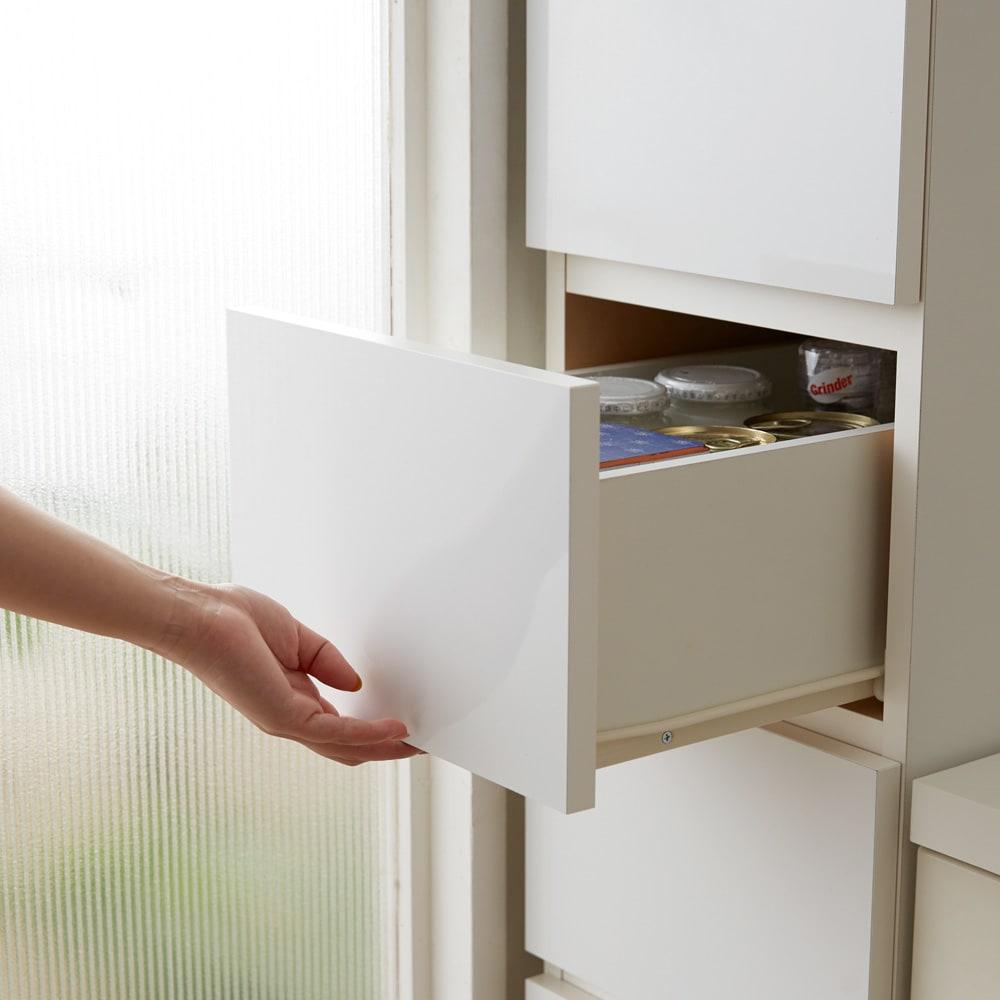 組立不要 サイズが選べる多段すき間チェスト 幅20cm・ロータイプ 引き出しは取っ手のない清潔感のあるデザインです。
