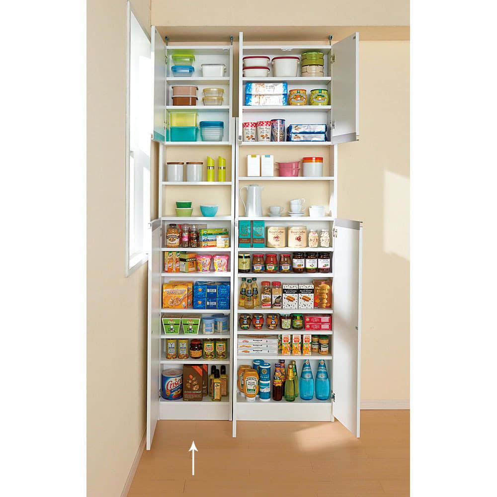 薄型で省スペースキッチン突っ張り収納庫 扉タイプ 幅45cm・奥行19cm 幅45cmタイプは扉を右開き、左開きどちらにでも組立時に設定できます。写真はオープン時。