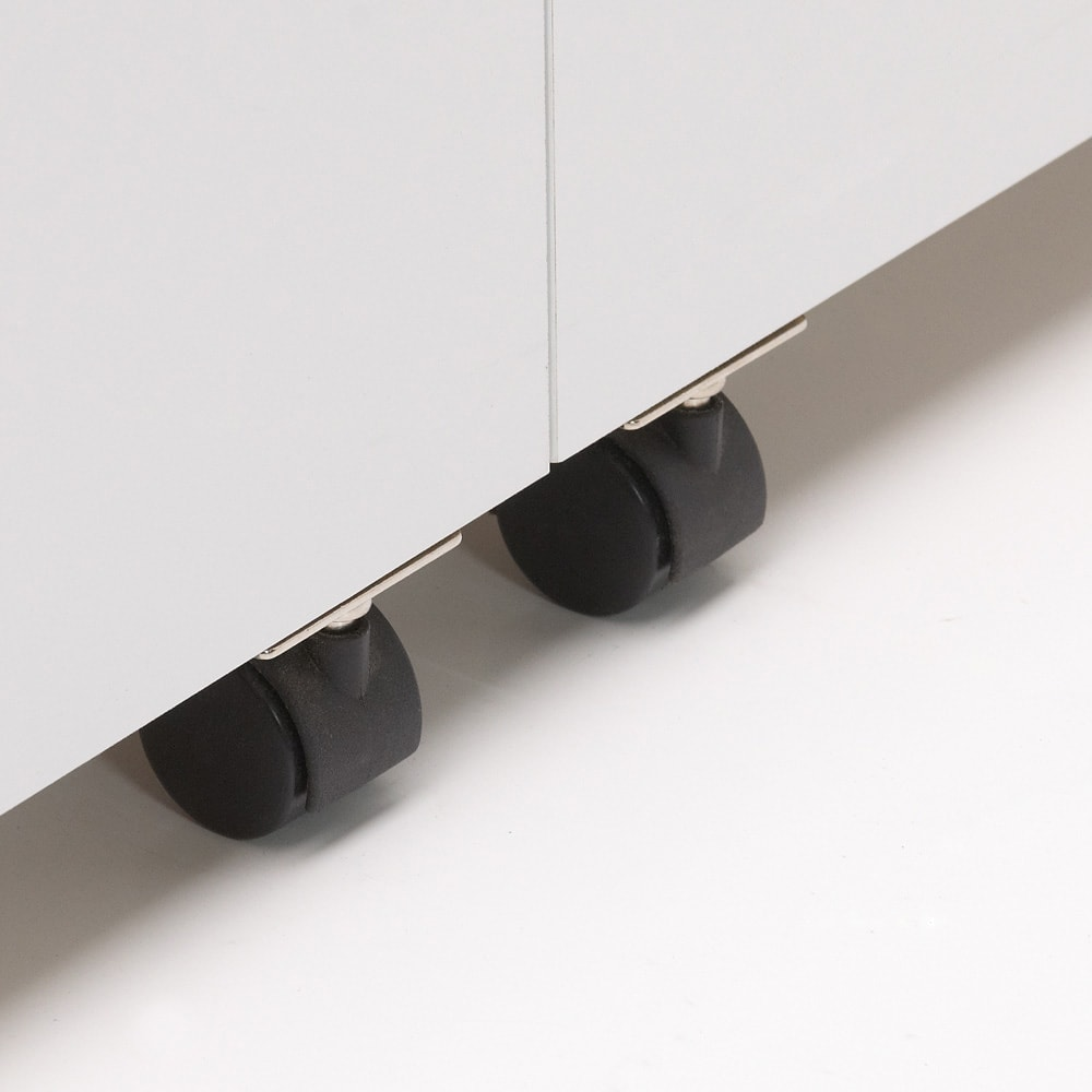 大容量なのに探しやすい!ドアポケット付きキッチンストッカー 幅75cm 収納付きの扉の開閉をしやすくするキャスター付き。