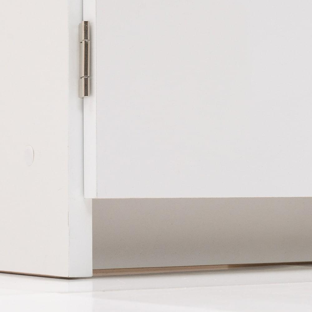 大容量なのに探しやすい!ドアポケット付きキッチンストッカー 幅75cm キッチンマット等があっても開閉しやすくするために、前扉の床の間にすき間を設けています。