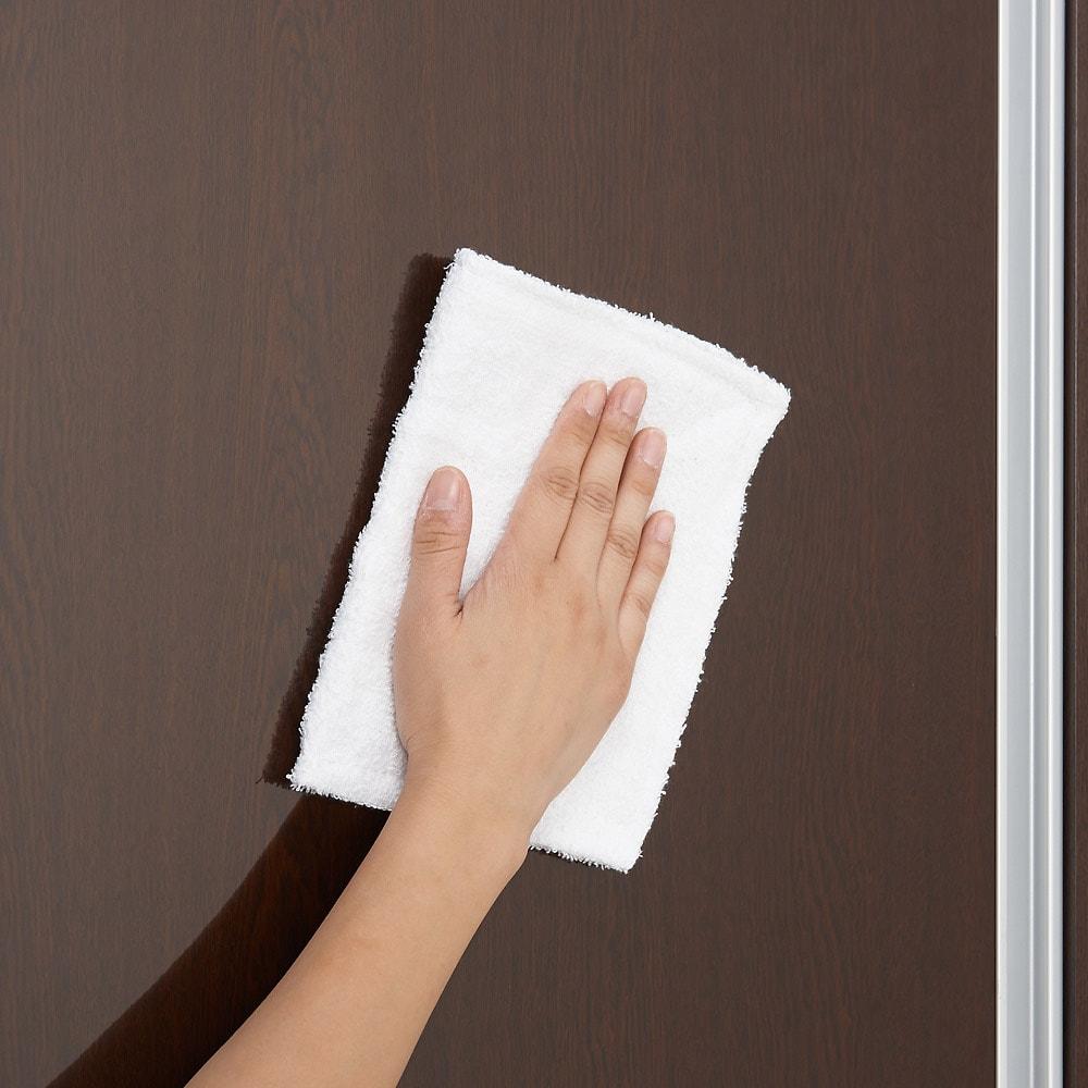 引き戸スライド扉で隠せる光沢仕上げキッチン家電収納庫 奥行45cmタイプ 前面はお手入れが簡単なポリエステル化粧合板を採用。光沢感の美しい素材です。