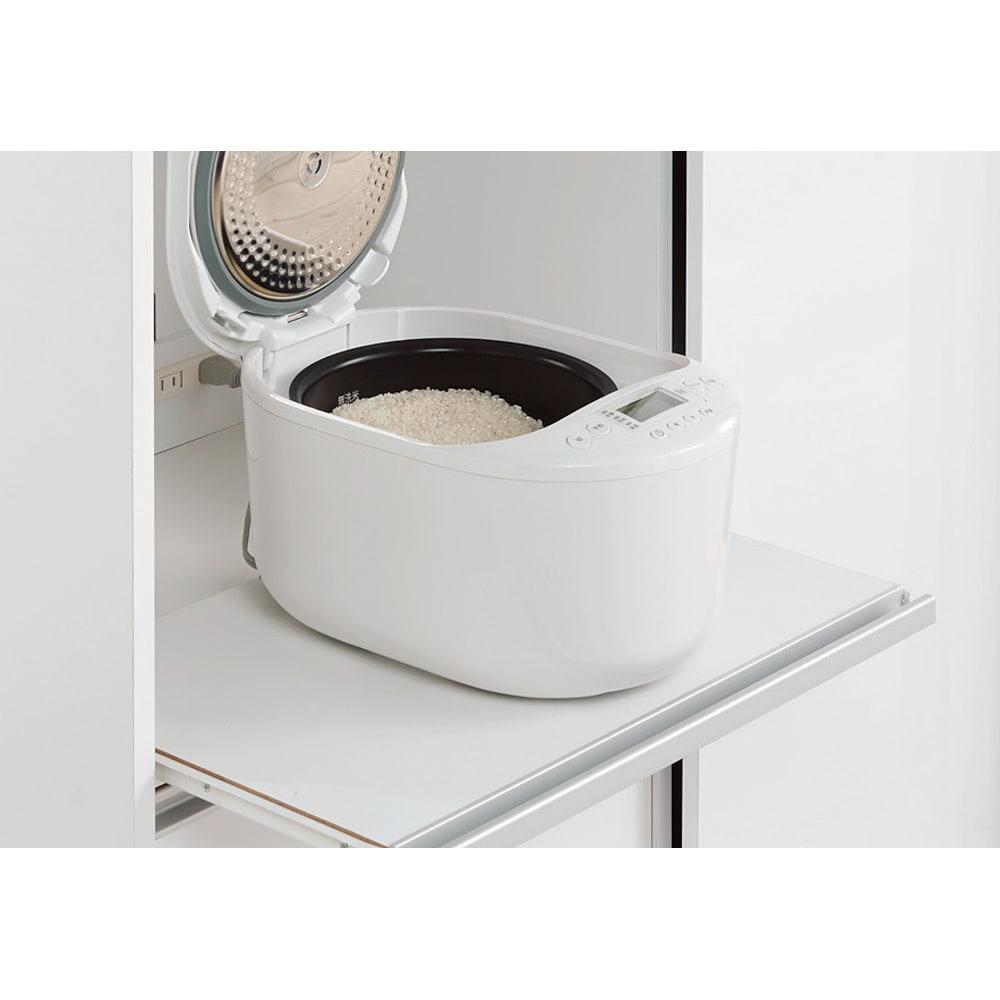 引き戸スライド扉で隠せる光沢仕上げキッチン家電収納庫 奥行45cmタイプ 蒸気が出る家電品も置けるスライドテーブル。