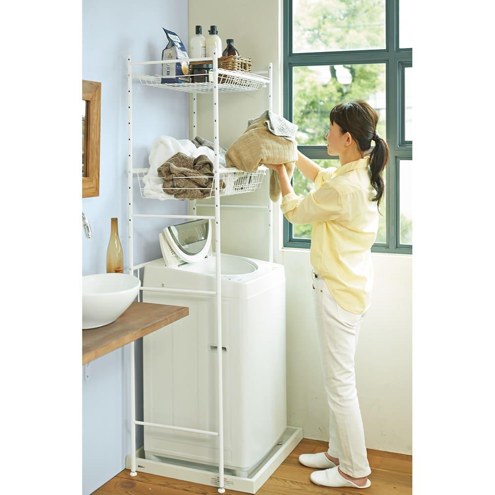 伸縮するバスケット棚のシンプルランドリーラック 浅棚1段 深棚1段 深棚は大量の洗濯物が余裕で入る容量。たまった衣類やタオルをそのまま洗濯機に投入できて、運ぶ手間も省略できます。