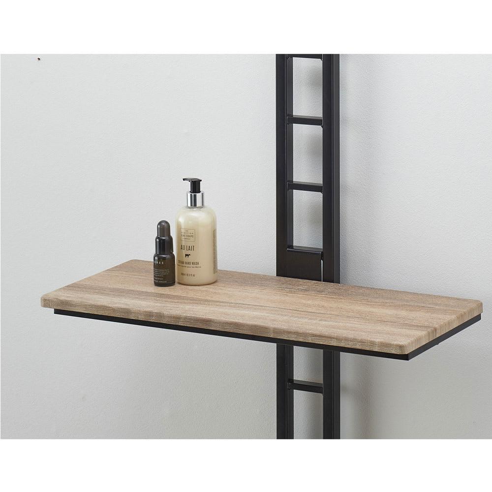 1本脚ですっきり置ける カフェ風スマートランドリーラック 棚2段バスケット2個 幅63cm・奥行41cm・高さ205~240cm 【お手入れがラクな棚板】汚れが拭きやすい素材。木目柄がアイアン調の本体にマッチ。