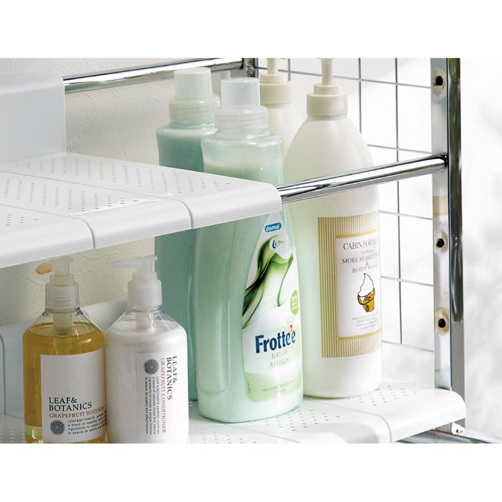 丈夫な2cm角パイプを採用!頑丈ランドリーラック 大型洗濯バスケット付き 背の高いボトル洗剤もすっきり置ける「分割式棚板」。無駄な空間をつくらない分割式の棚板は、7cmピッチ12段階で調節可能。