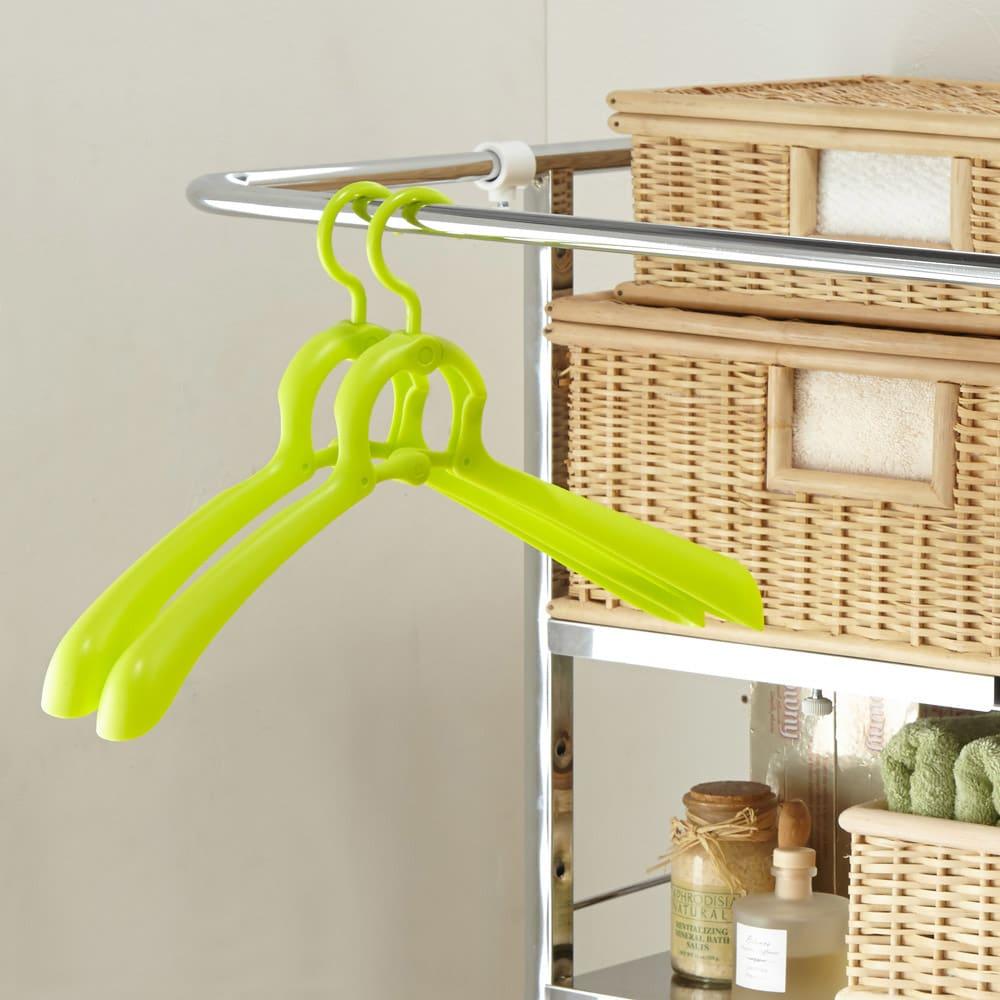 奥行たっぷり ステンレス棚の洗濯機ラック 棚2段・洗濯バスケット2個・幅70~89cm ちょっと干しに便利なハンガーバー付き。