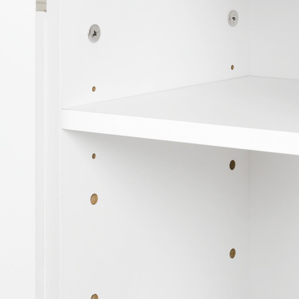 美しい光沢扉ですっきり隠せるランドリーラック 突っ張り&バスケット 収納庫内の棚板は3cm間隔で調節可能。