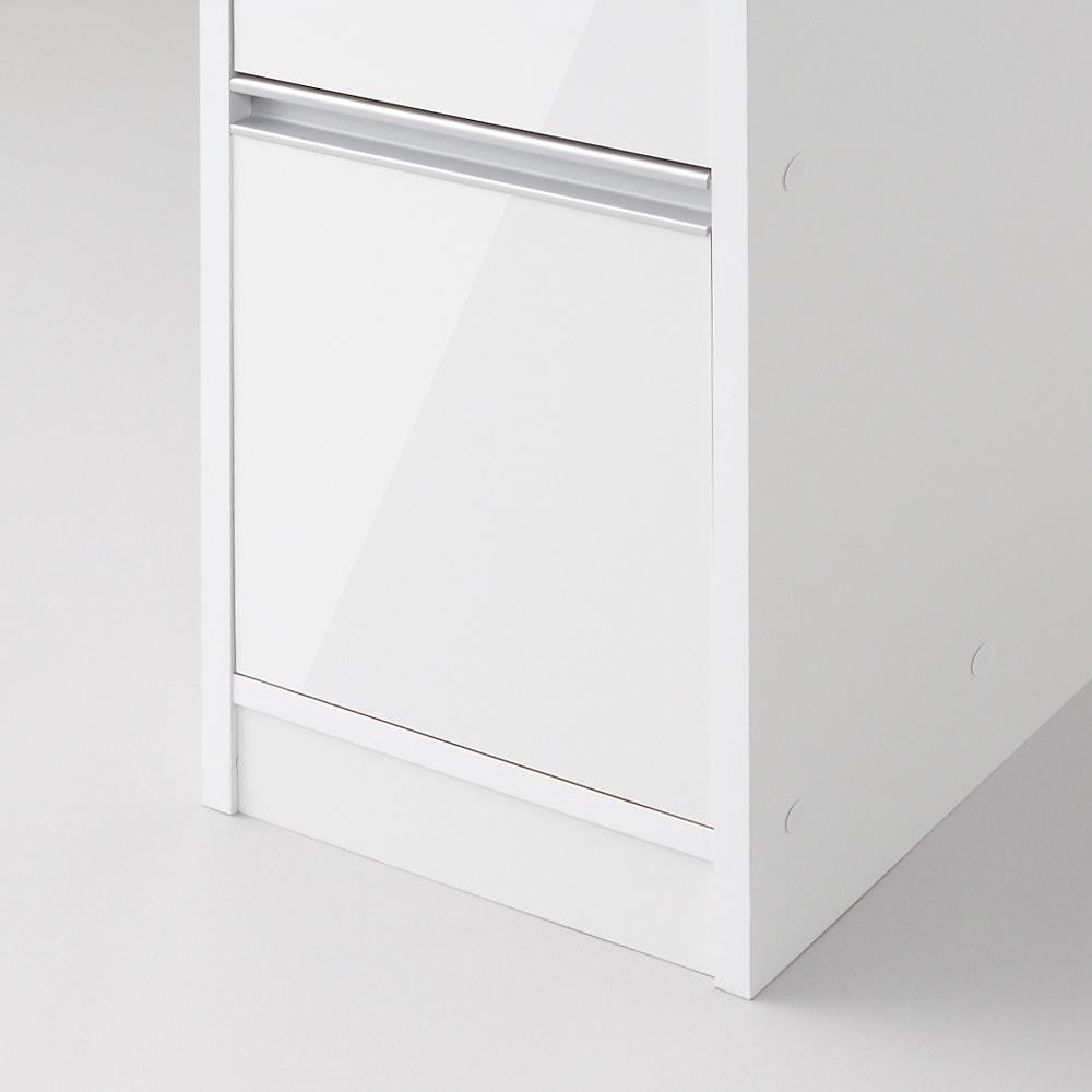 アクリル扉すき間収納庫 奥行44.5・幅25cm 前板から床まではしっかりと隙間をとっているので、 バスマットなどを敷いても、開閉に問題はありません。
