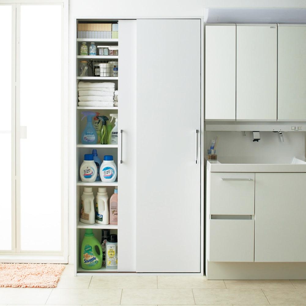 すっきり隠せる薄型引き戸収納庫 幅90cm 背の高いボトルから、リネン系、洗面小物まで大容量に収納できます。