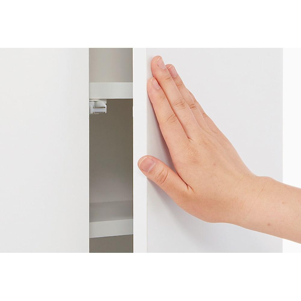 組立不要 天井まで使える薄型サニタリーチェスト 奥行23.5cmタイプ・幅50cm 扉は見た目がすっきりとした取っ手のないプッシュ式。忙しい時も片手で開きます。