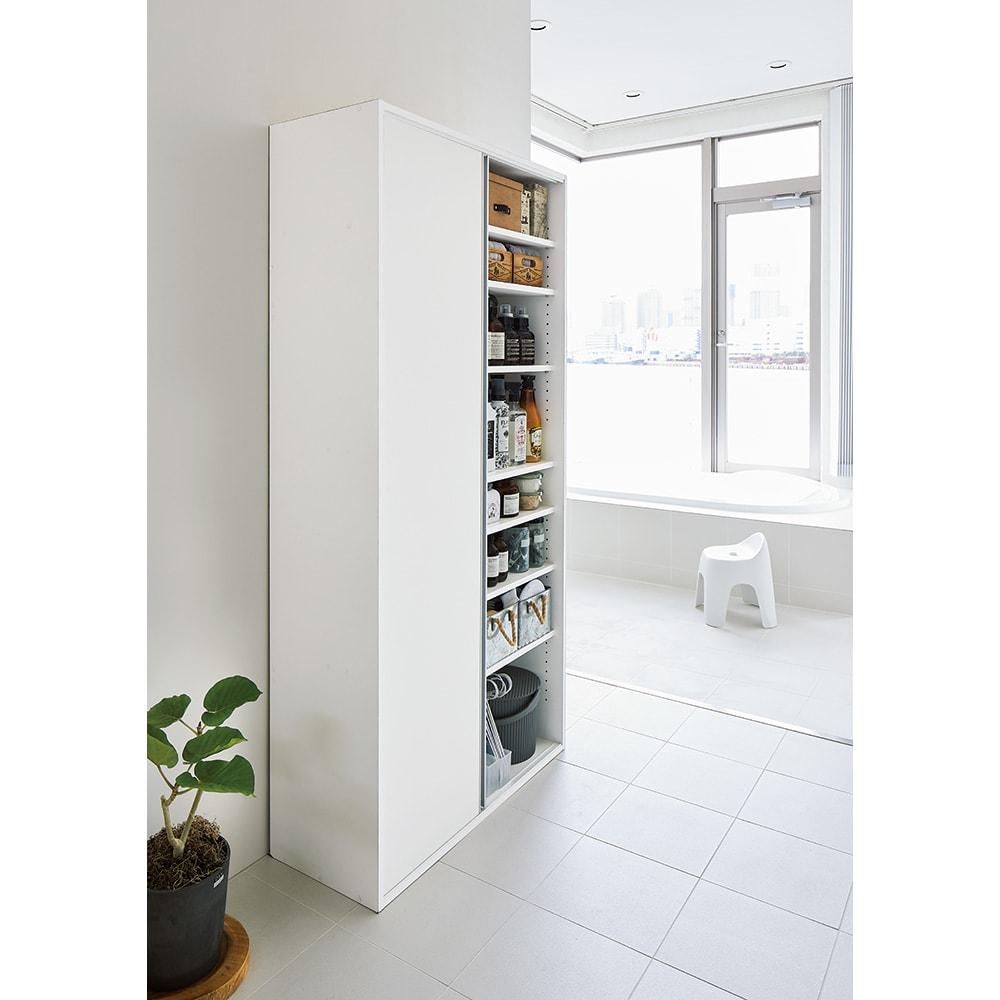 サニタリー片引き戸収納庫 幅75cm 使用イメージ 狭い場所でも開閉スペース不要です。 ※写真は幅90cmタイプです。