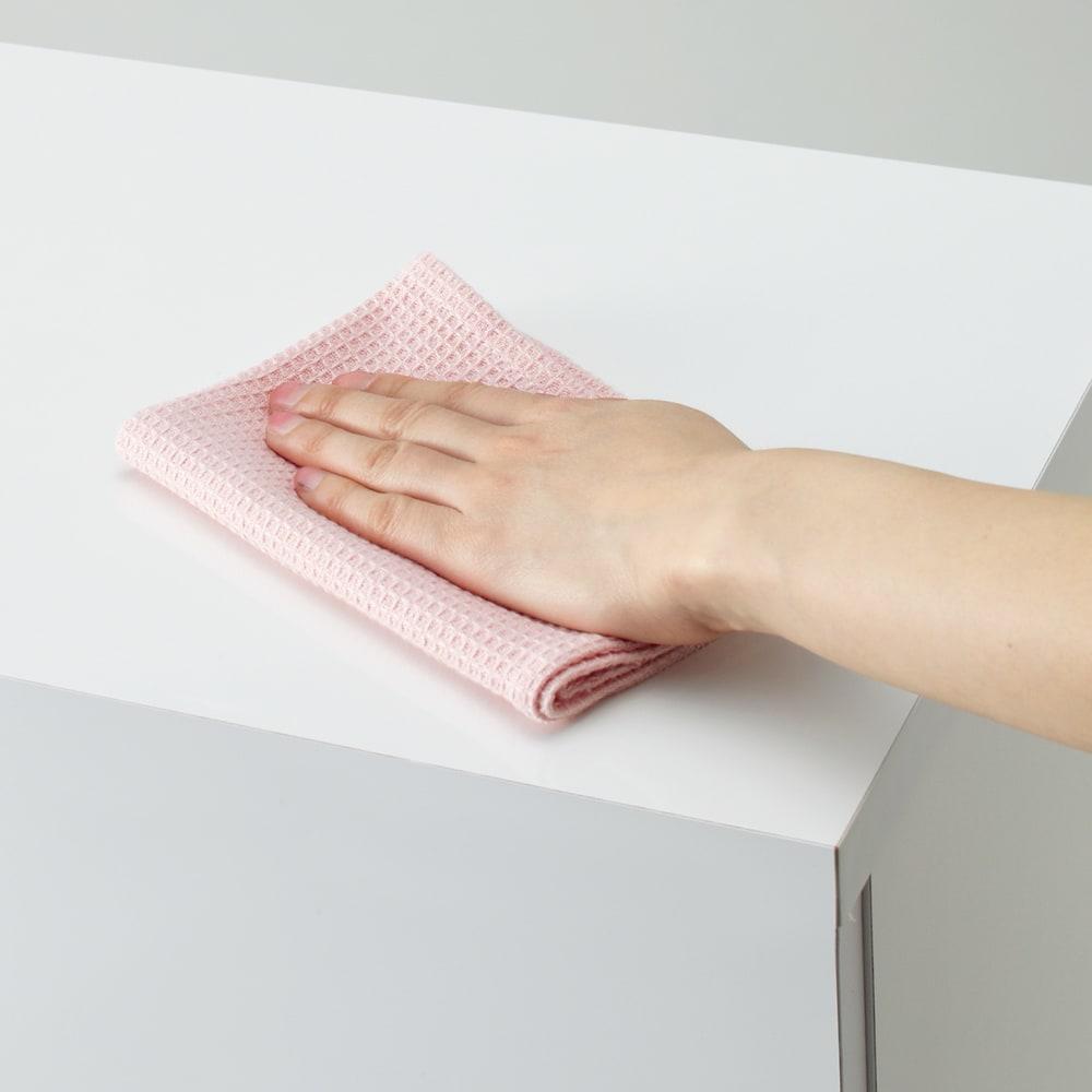 組立不要 洗濯カゴ付き2in1光沢サニタリー収納庫 ロータイプ 幅60.5cm 天板は水ハネに強くお手入れも簡単なポリエステル化粧合板です。洗面所の水周りでも安心してお使いいただけます。