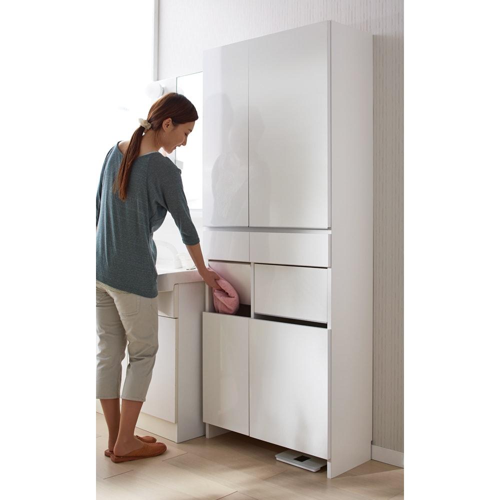 組立不要 洗濯カゴ付き2in1光沢サニタリー収納庫 ハイタイプ 幅60.5cm 脱衣カゴを中に収納することで生活感を隠せます。 ※写真は幅73cm・ハイタイプです。