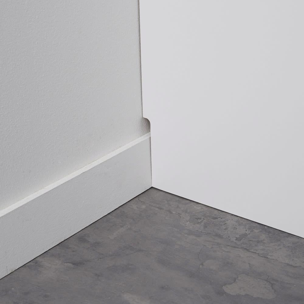組立不要 洗濯カゴ付き2in1光沢サニタリー収納庫 ハイタイプ 幅73cm 幅木よけカットを施してあるので、壁にぴったり設置ができます。(幅木サイズ:1×8cm)