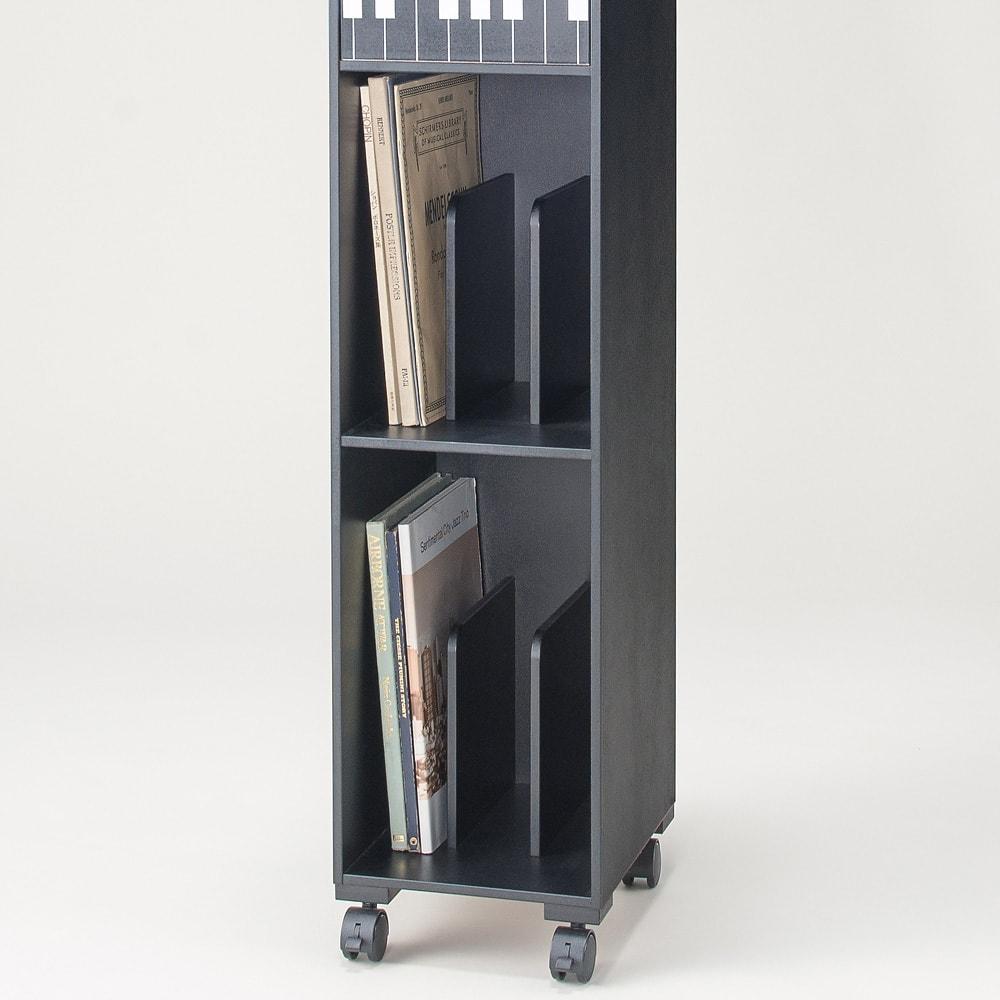 鍵盤柄ピアノ下楽譜キャビネット ハイタイプ オープン収納部には仕切り板がついており、A4サイズが収納でき、練習中の楽譜の定位置に。