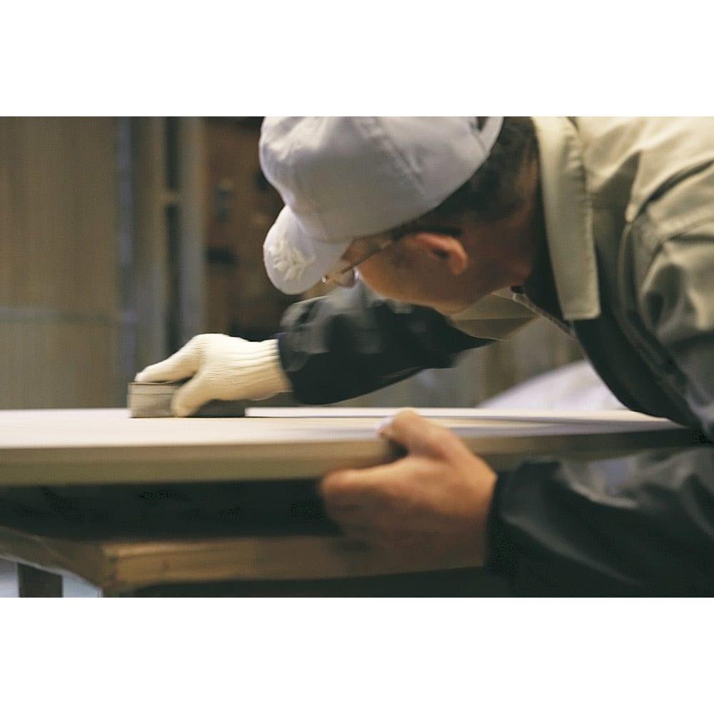 タモ天然木アルミライン薄型デスク 奥行45cm 幅120cm 「使い勝手だけでなく心を満たすデスクを」そんな私たちの想いに応え、職人の真心で一台ずつ丁寧に研磨し作ります。本物の家具の素晴らしさを伝えてくれる美しい仕上がりです。