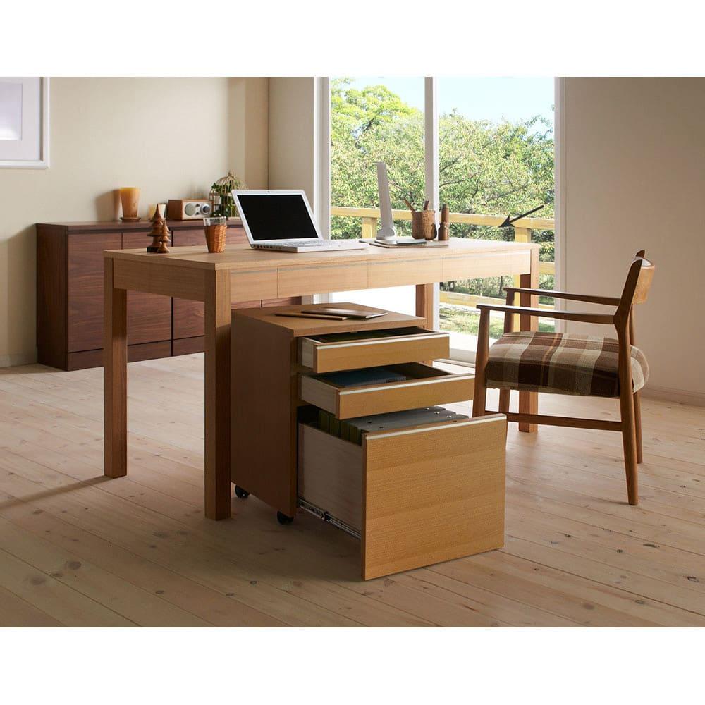 タモ天然木アルミラインデスク 奥行60cm 幅150cm (ア)ナチュラル デスク幅150cmと袖机、チェアとの組み合わせ例です。