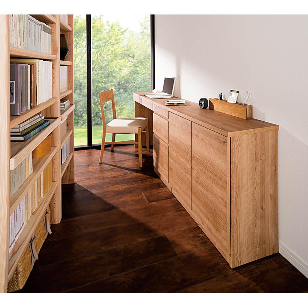 天然木調薄型コンパクトオフィスシリーズ デスク・幅80cm 使用イメージ ※お届けは一番奥のデスクです。