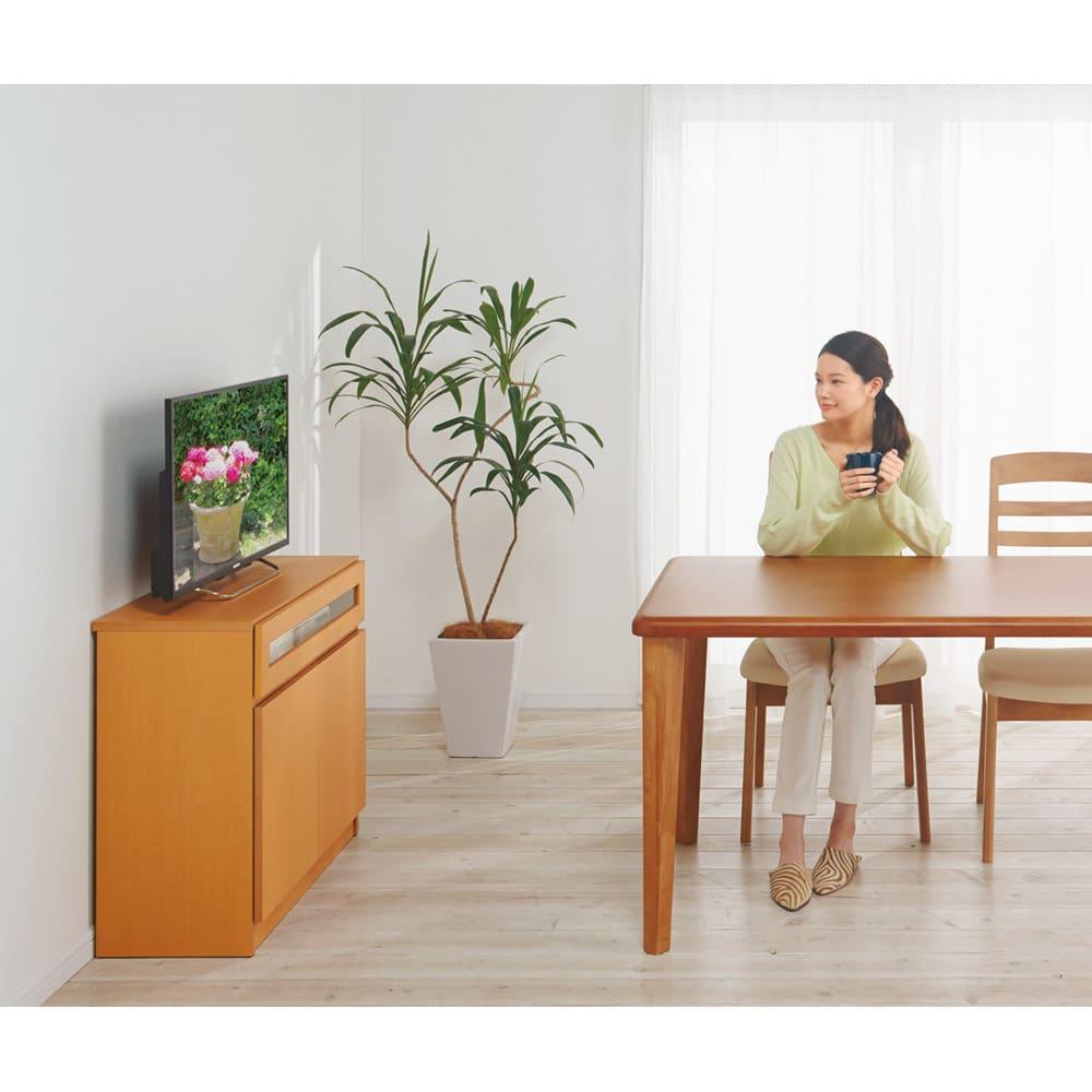 【完成品・国産家具】ベッドルームで大画面シアターシリーズ テレビ台 幅105高さ70cm 高さ70cmはダイニングにもおすすめです。一般的なダイニングテーブルの高さとほぼ揃うので、無理のない姿勢で視聴できます。