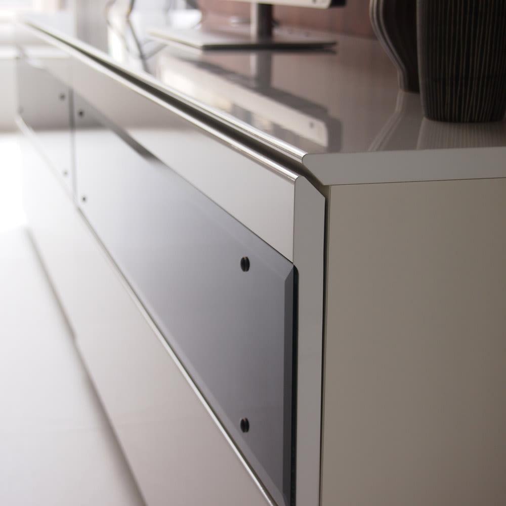 パモウナBW-120 輝く光沢のモダンリビングシリーズ テレビ台 幅120cm 取っ手のない前面扉の強化ガラスは閉めたままデッキ類のリモコン操作ができます。