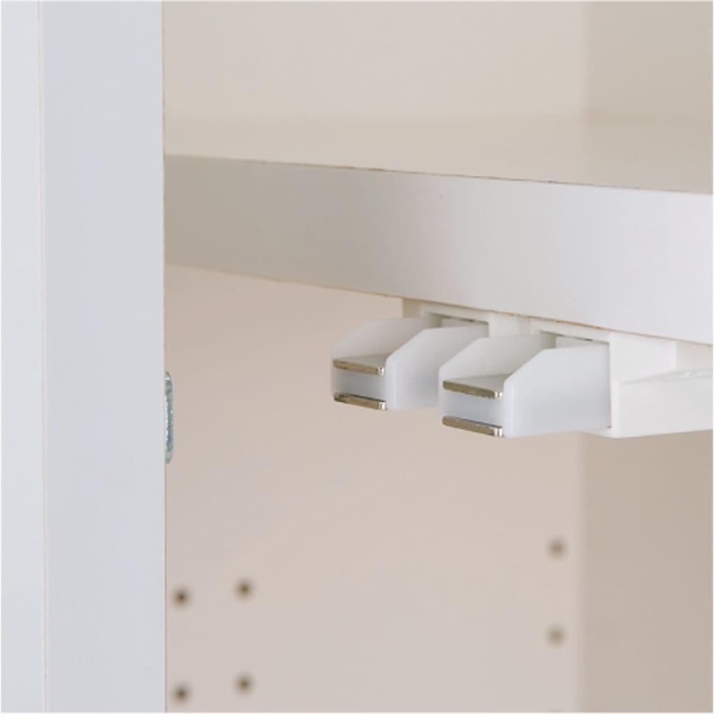 効率収納できる段違い棚シェルフ [突っ張り上置き 板扉タイプ 開き戸 幅75.5cm] 上置き高さ54.5cm 開き戸はワンタッチで開閉できるプッシュラッチを採用。
