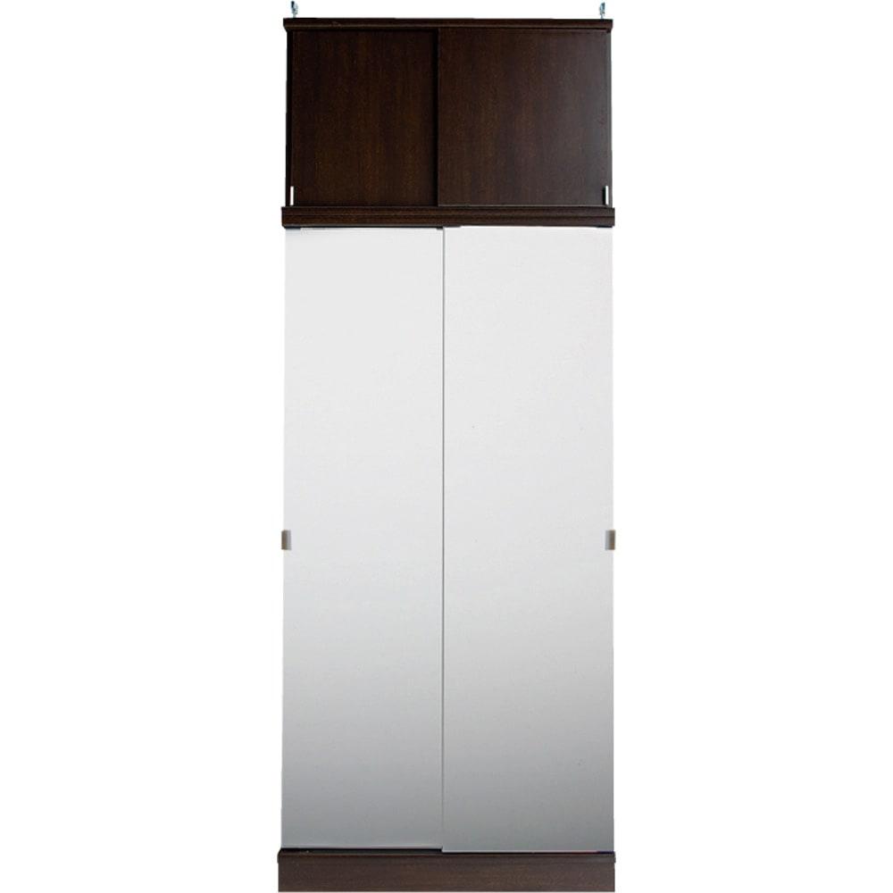 効率収納できる段違い棚シェルフ [本体 板扉タイプ 引き戸 幅75.5cm] 奥行36cm 高さ180cm 突っ張り上置きとの設置例 幅が同じサイズであれば、ミラー扉と板扉は組み合わせ可能です。写真はミラータイプの本体と板扉の上置きとの設置例です。