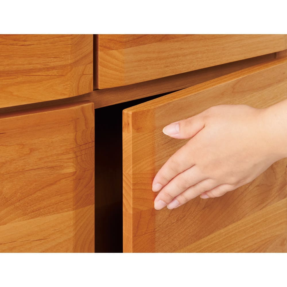 アルダー天然木 アールデザインブックシェルフ 幅80.5高さ172cm 扉はプッシュ式。ウレタン塗装を施しているのでお手入れが簡単です。