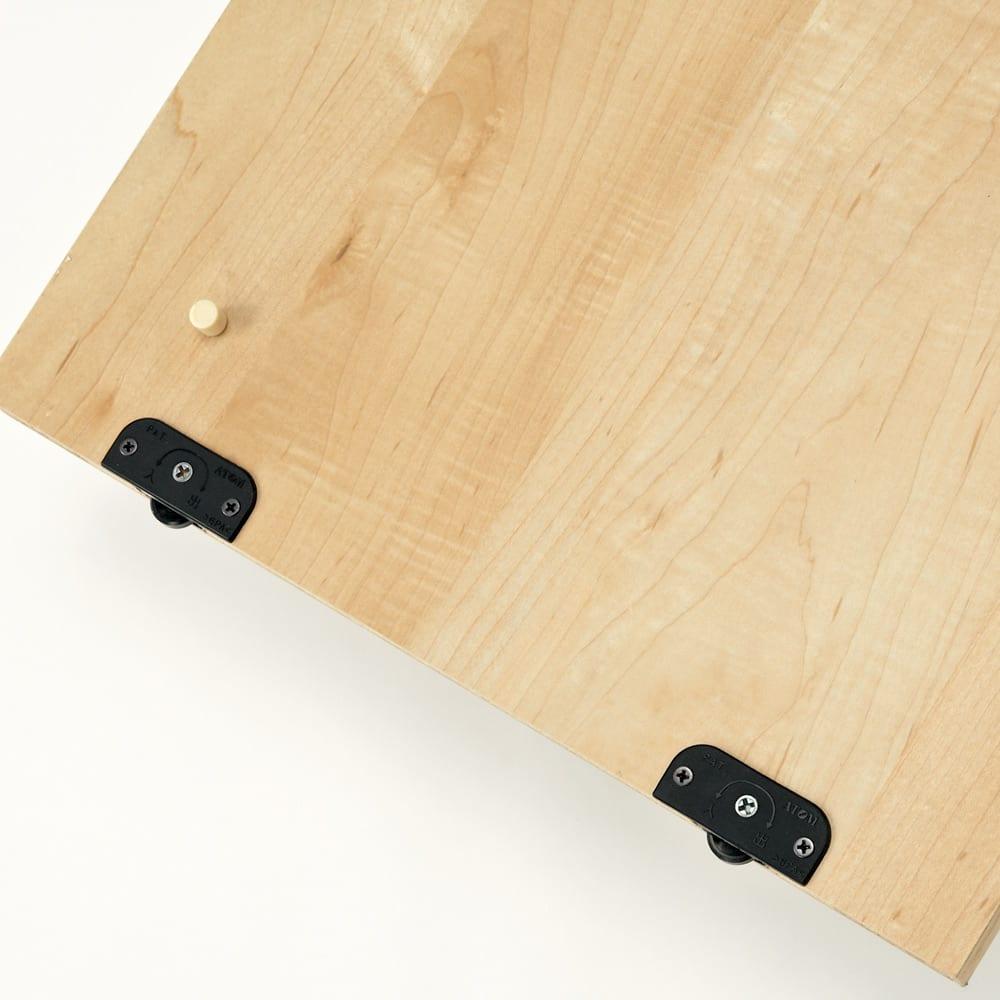 天然木調引き戸本棚 幅78cm奥行25cm 引き戸扉裏の下部に車輪が付いているので、引っ掛かることなく軽い力でスムーズに開閉できます。