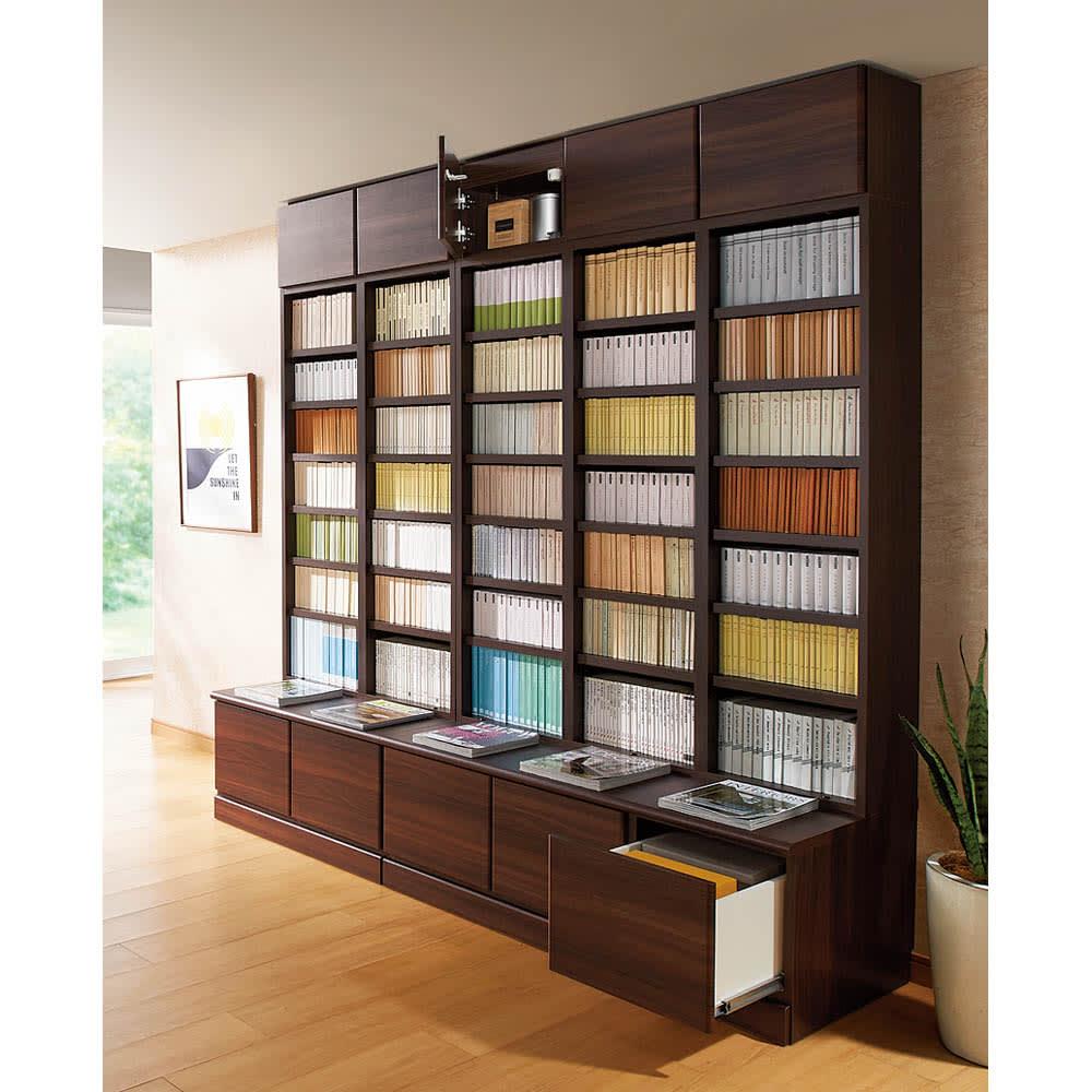 ベンチブックシェルフ 本体 幅116.5cm (使用イメージ)(イ)ダークブラウン ※写真の梁高さ210cm、上置きは別売です。