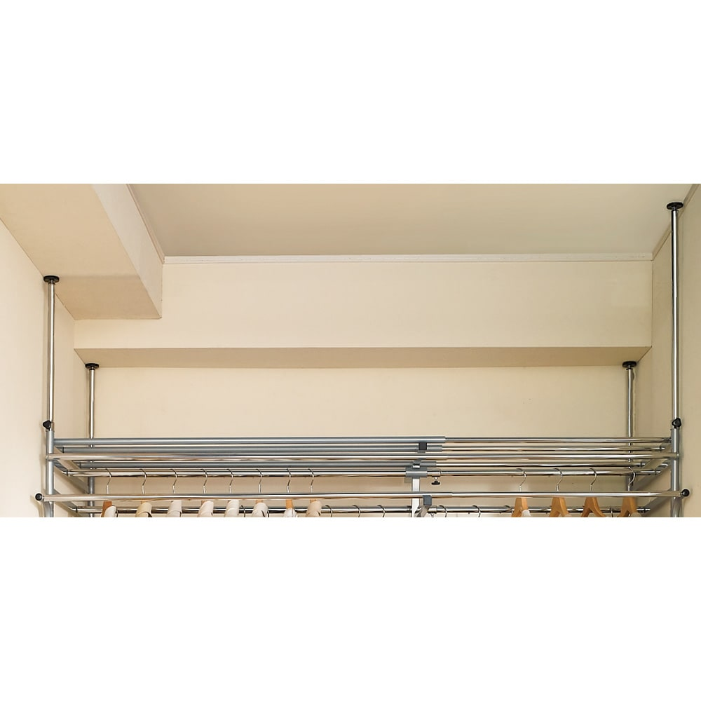 奥行79cm 上下カーテン付き突っ張り頑丈ハンガーラック ロータイプ・【ワイド】幅260~340cm対応 支柱の突っ張りは4本別々に高さが変えられるので、天井の段差や両側の梁にも対応します。
